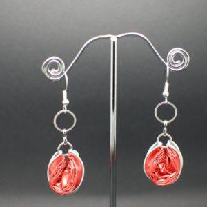 Boucles-oreilles-chaine-capsule-rouge